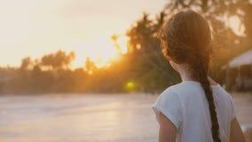 Schöne hintere Ansicht geschossen von den glücklichen aufgeregten kleinen 6-8 Jahren alten Mädchen, die epischen Sonnenuntergang  stock video