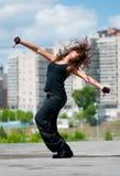 Schöne Hip-hopfrau über städtischer Landschaft Lizenzfreie Stockfotografie
