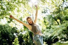 Schöne Hippie in der Natur Lizenzfreies Stockfoto