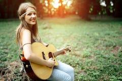 Schöne Hippie, die Gitarre spielt Lizenzfreie Stockbilder