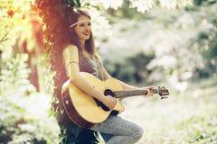 Schöne Hippie, die Gitarre spielt Stockbild