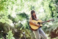 Schöne Hippie, die Gitarre spielt Lizenzfreies Stockbild