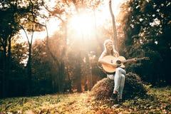 Schöne Hippie, die Gitarre spielt Lizenzfreies Stockfoto