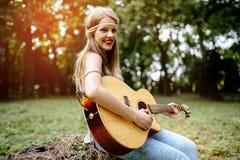 Schöne Hippie, die Gitarre spielt Stockfoto