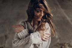 Schöne Hippie-Frau in boho indie Kleidung, werfend im Winter auf lizenzfreie stockfotografie