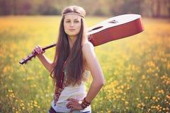Schöne Hippiefrau mit Gitarre stockfoto