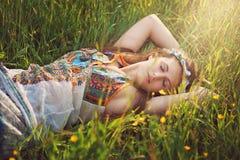 Schöne Hippiefrau schlafen friedlich lizenzfreie stockfotos