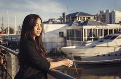Schöne hispanische Frau, die in dem Fluss steht Stockfoto
