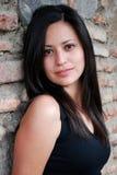 Schöne hispanische Frau, die oben schaut lizenzfreie stockfotos