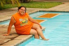 Schöne hispanische Frau durch das Pool Lizenzfreie Stockfotografie