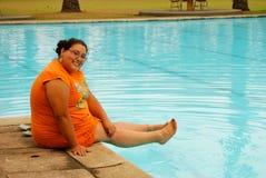 Schöne hispanische Frau durch das Pool Stockfotografie