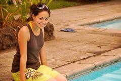 Schöne hispanische Frau durch das Pool Stockfotos