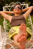 Schöne hispanische Frau durch das Pool Lizenzfreies Stockfoto