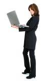 Schöne hispanische Frau mit Laptop Stockfoto