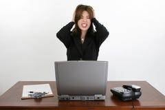 Schöne hispanische Frau am Schreibtisch Lizenzfreie Stockfotos