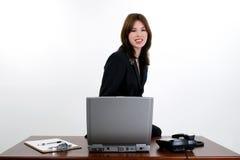 Schöne hispanische Frau am Schreibtisch lizenzfreies stockfoto