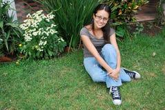 Schöne hispanische Frauen, die draußen sitzen Lizenzfreies Stockfoto