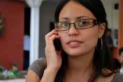 Schöne hispanische Frauen am Telefon Stockfotos