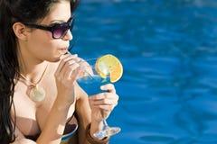 Schöne hispanische Latina-Frauen-trinkendes Cocktail lizenzfreie stockfotografie