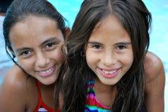 Schöne hispanische Schwestern durch das Pool Stockfotografie