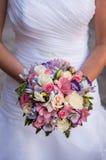 Schöne Hochzeit ein Blumenstrauß in den Händen der Braut Lizenzfreie Stockfotos