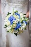 Schöne Hochzeit ein Blumenstrauß in den Händen der Braut Stockfotografie
