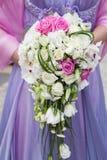 Schöne Hochzeit ein Blumenstrauß von weißen Rosen in den Händen der Braut Lizenzfreies Stockbild