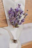 Schöne Hochzeit sitzt lavanda Blume vor Stockbilder