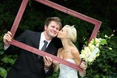 Schöne Hochzeits-Paare mit Feld Stockfoto