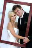 Schöne Hochzeits-Paare mit Feld Stockfotografie