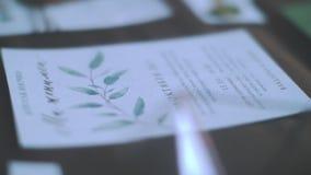Schöne Hochzeitsattribute in den Pastellfarben Einladung, Umschlag, Braut und Bräutigam Hölzerner Hintergrund stock video