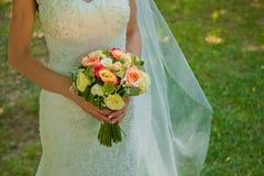 Schöne Hochzeitsblumen in den Brauthänden Lizenzfreie Stockfotos