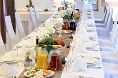 Schöne Hochzeitsdekorationen auf dem Tisch Stockfoto
