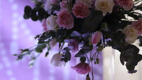 Schöne Hochzeitsdekorationen zur Heirat Schöne Blumen sind auf dem Tisch stock video