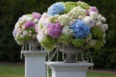 Schöne Hochzeitseinrichtung Die Braut mit einer Blume Stockbild
