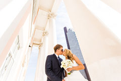 Schöne Hochzeitspaare in der Stadt Sie küssen und umarmen sich Stockbild