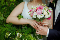 Schöne Hochzeitspaare im Park Lizenzfreie Stockfotografie
