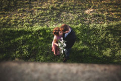 Schöne Hochzeitspaare, Mädchen, Mann küssend und von oben fotografiert Lizenzfreie Stockfotografie