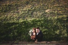 Schöne Hochzeitspaare, Mädchen, Mann küssend und von oben fotografiert Stockfoto
