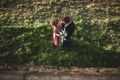 Schöne Hochzeitspaare, Mädchen, Mann küssend und von oben fotografiert Stockfotografie
