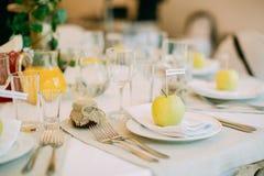 Schöne Hochzeitstafel mit Hochzeitsdekor birke Stockfotografie