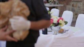 Schöne Hochzeitstafeleinstellung Kellner dienten Hochzeitstafel Festliche Tabelle in der Gaststätte stock footage