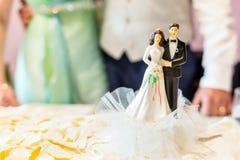 Schöne Hochzeitstorte mit Deckel stockfotografie