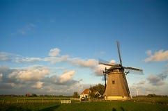 Schöne holländische Windmühle lizenzfreies stockbild