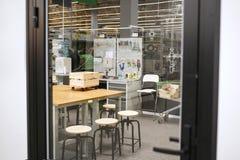 Schöne Holzbearbeitungswerkstatt Gemütliche Werkstatt für einen Tischler lizenzfreies stockfoto