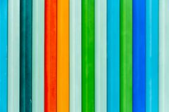 Schöne horizontale Beschaffenheit des bunten roten grün-blauen grauen Zauns des Orangengelbs Metall lizenzfreies stockbild