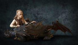 Schöne Illustration des Blondinen- und Fantasiedrachen 3d Stockfotos