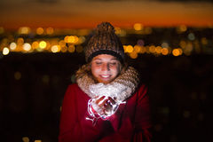 Schöne iluminated Frauenholding führte Licht in der Heiligen Nacht Stockfotos