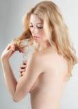 Schöne implizierte schulterfreie Frau Stockfoto