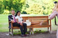 Schöne indische Braut und kaukasischer Bräutigam nach der Heirat von ceremon Lizenzfreie Stockfotos